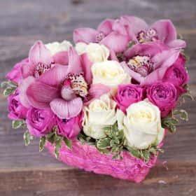 Сердце с розовыми орхидеями и розами