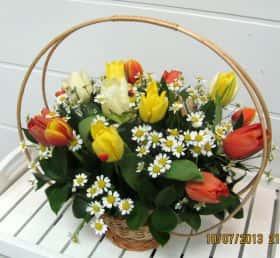Корзиночка тюльпанов с ромашками