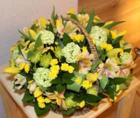 Калина и тюльпаны в весенней корзине