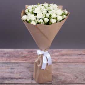 Букет из 15 белых кустовых роз