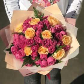 Пионовидные кремовые кустовые розы.